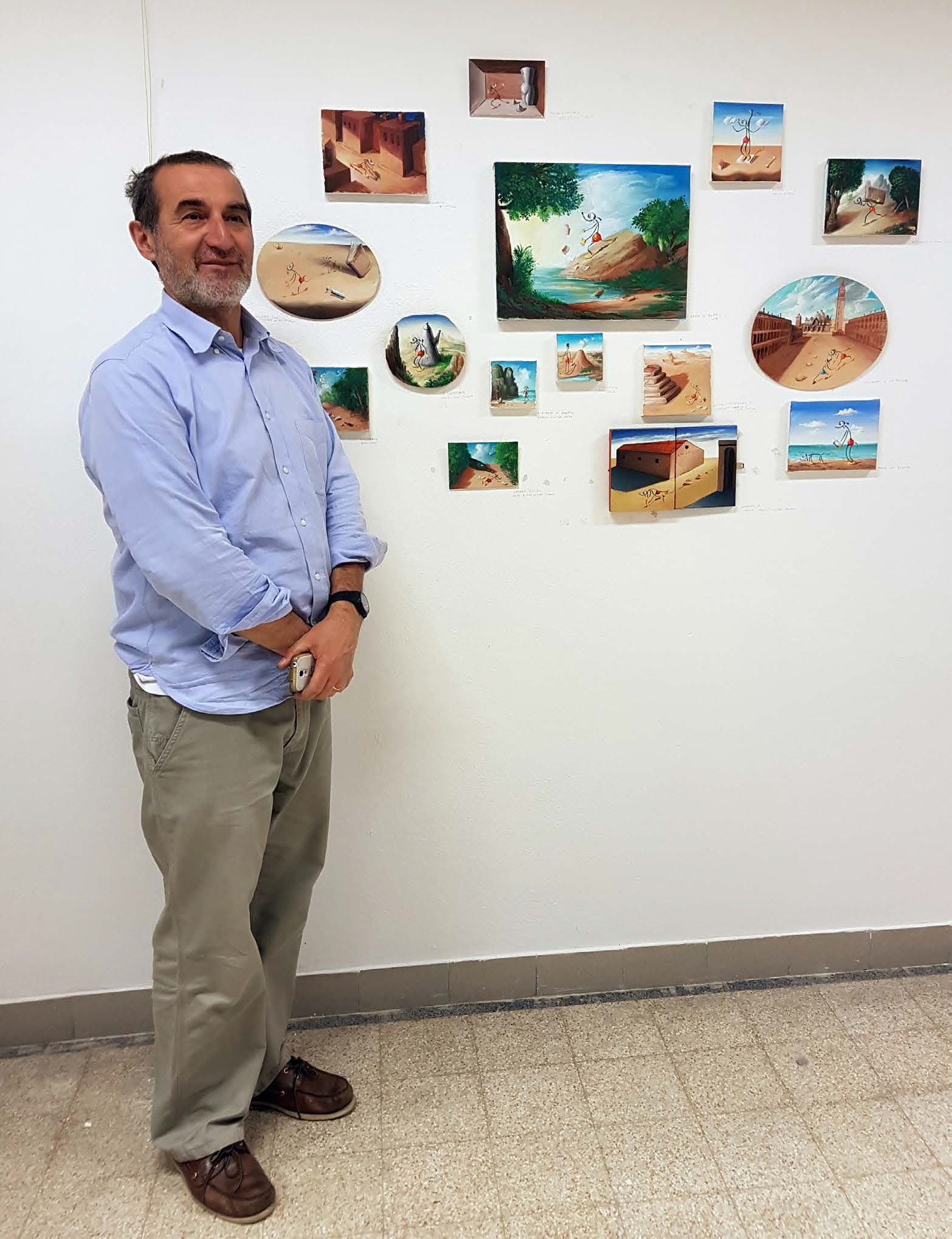 Il Prof. Paolo Sandano responsabile dell'archivio OLINSKY davanti alle opere del Maestro